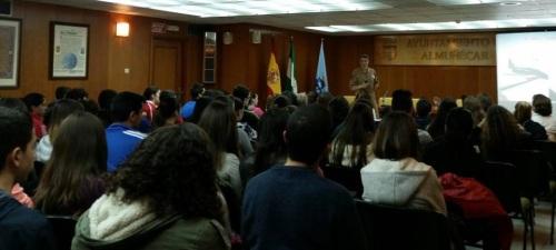 """La teniente Ana Gallarín, del Ejército del Aire, da una charla a alumnos de secundaria de Almuñécar sobre """"Profesión no masculinizada"""""""