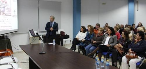El doctor Manuel Menduiña Guillén habló del cáncer de Colon en el Centro de la Mujer de Almuñécar