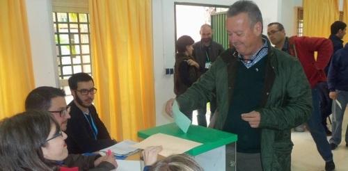Juan Carlos Benavides ejerce su derecho al voto en las elecciones Andaluzas