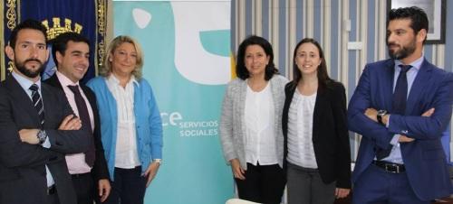 ALCALDESA Y CONCEJALA JUNTO A REPRESENTANTES DE CLECE TRAS LA FIRMA CONVENIO 15 2