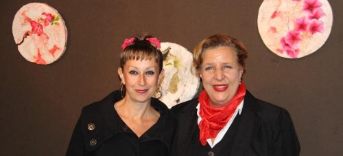 Concejal de Cultura y Leopoldina Valdemoro junto algunas de las obras