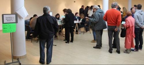 Ciudadanos egerciendo su derecho al voto en unas elecciones en Almuñécar