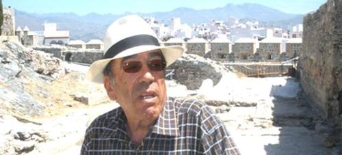 El arqueólogo Federico Molina Fajardo supervisando trabajos en el castillo de San Miguel de Almuñécar