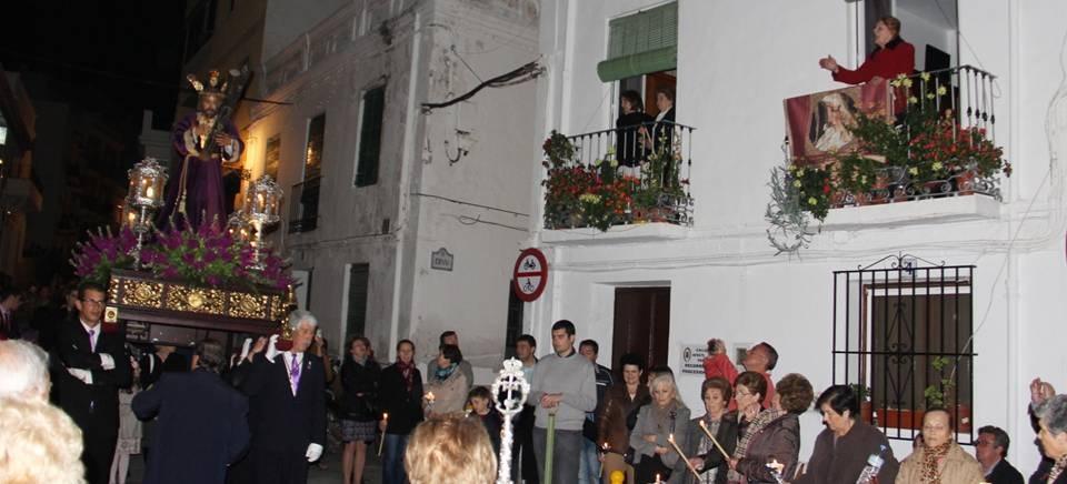 Un Vía Crucis por el casco antiguo abrió los desfiles procesionales en La Herradura