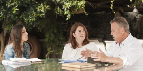 Juan Carlos Benavides, candidato a la Alcaldía por el Partido Andalucista, charlando con unas jóvenes