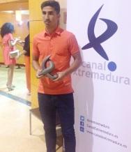 El jugador de fútbol almuñequero Víctor Armero, que milita en el Club Arroyo de Extremadura, ha sido galardonado como uno de los jugadores más regulares de la Segunda B