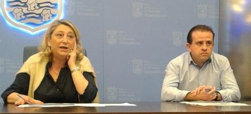 Trinidad Herrera, alcaldesa de Almuñécar, y Felipe Puertas, director del Patronato de Turismo. en el encuentro con representantes del Sector del Turismo de Almuñécar