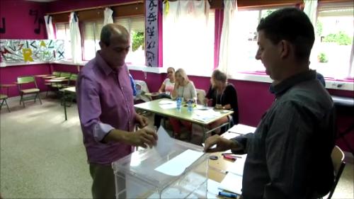 10:00 horas. Fermín Tejero, candidato de Izquierda Unida, vota en el CP Río Verde.