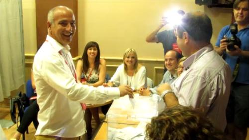 12:00 horas. Sergio García Alabarce, candidato del Partido Socialista, vota en la Casa de la Juventud.