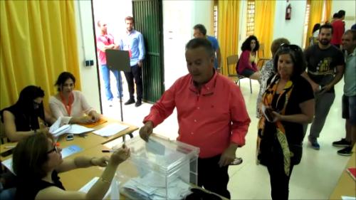 13:00 horas. Juan Carlos Benavides, candidato del Partido Andalucista, vota en el CP La Noria.