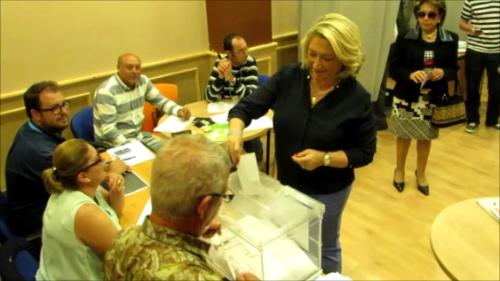 14:00 horas. Trinidad Herrera, candidata del Partido Popular, vota en la Casa de la Juventud.