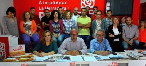 Sergio García Alabarce lee el comunicado arropado por Rocío Palacios, Juan Rodríguez (ambos sentados junto a él) y el resto de la candidatura del PSOE sexitano 2