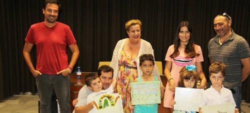 Alumnos premiados junto con la concejal, Olga Ruano, la coordinadora del programa y los dos arqueólogos del Ayuntamiento