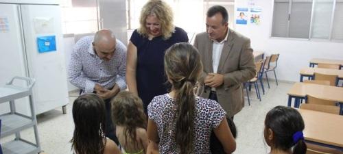 La alcaldesa de Motril, el delegado Igualdad, Salud y Bienestar Social de la Junta y el concejal de Asunto Sociales del Ayuntamiento motrileño visitan el colegio público San Antonio