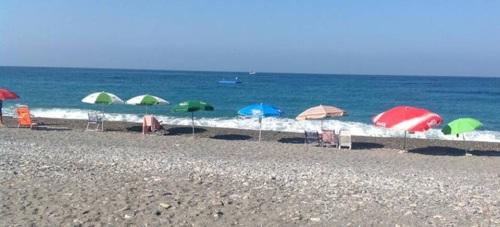 El Ayuntamiento de Almuñécar recuerda que está prohibido dejar sombrillas sin usuarios en la playa