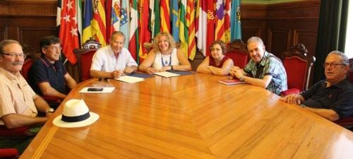 Flor Almón y Antonio Gallego en el momento de la firma del acuerdo entre el Ayuntamiento y el Centro Unesco de Motril
