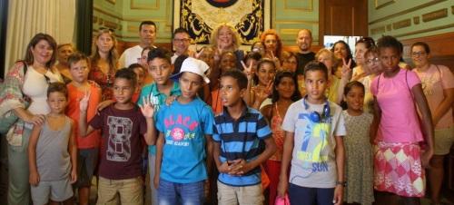 La alcaldesa de Motril, Flor Almón, con los catorce niños saharauis acogidos por familias motrileñas