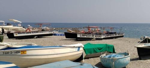 """""""El titulín"""" y los cuatro barcos de limpieza varados en la playa"""