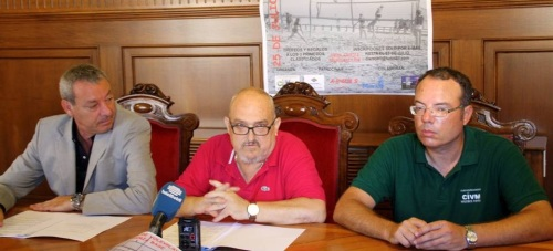 El concejal de Deportes, José Manuel Estévez, el presidente de la Autoridad Portuaria de Motril, Francisco Álvarez de la Chica, y Rafael Larra, del Club Independiente de Voleibol, presentando el 'XI Torneo de Vóley Playa'.
