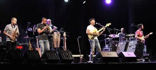 Marcus Miller clausuró el Festival de Almuñécar con una descarga de jazz eléctrico