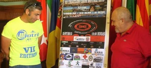 El concejal de Deportes, José Manuel Estévez, acompañado por David Correa, presidente del 'Club Triatlón' de Motril, ha presentado el  'VII Triatlón Cross Motril'