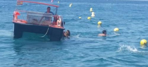 Un barco limpia playas de Salobreña rescata a 5 personas a la deriva en una pequeña barca hinchable