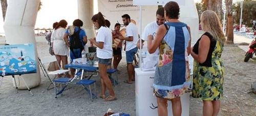 Casi un centenar de personas visitaron el stand se sensibilización pesquera en la primera jornada en Almuñécar