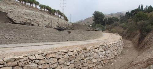 El tramo de las obras de ampliación del vial de acceso al Pago de Guerra desde la CN340 pendiente de asfaltado