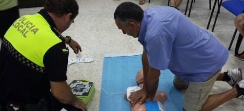 Una treintena de empleados municipales de Almuñécar se forman en el uso de desfibriladores externos automatizados