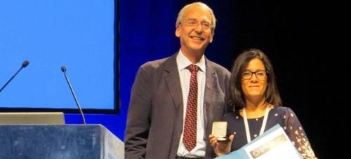 Encarnación Ruiz Agudo, investigadora Ramón y Cajal del departamento de Mineralogía y Petrología, ha recibido este prestigioso reconocimiento en el Congreso Internacional Goldschmidt 2015