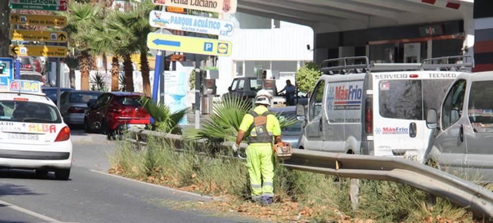 Fomento lleva a cabo la limpieza de arcenes de la CN 340 en La Paloma