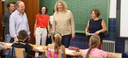 La alcaldesa de Motril acompaña a los alumnos de infantil y primaria en el inicio del curso escolar