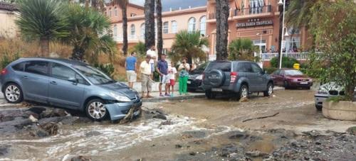 La intensa tromba de agua caída en Almuñécar y La Herradura provoca numerosas incidencias