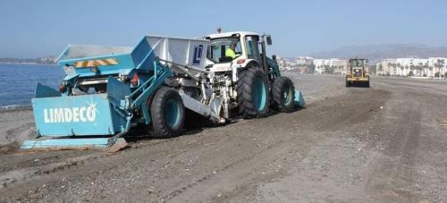Operarios de LIMDECO ultiman la limpieza de las playas de Motril