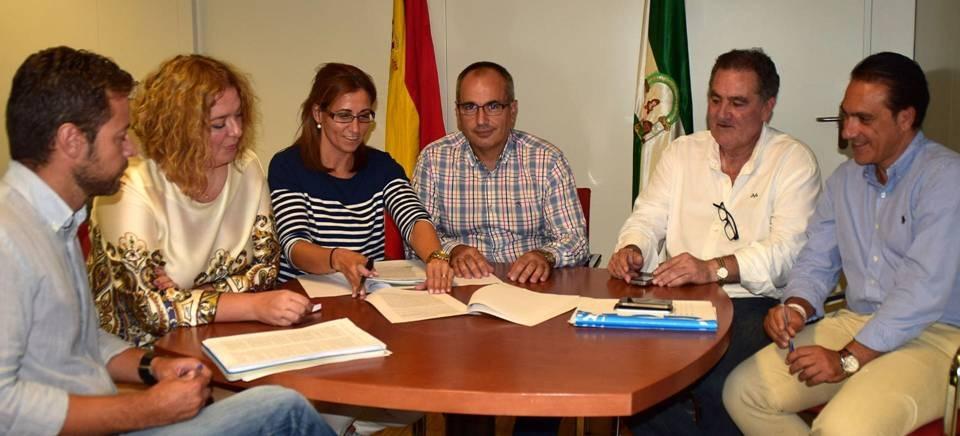 Reunión alcaldesa, teniente de alcalde y concejal Salud Ayto Motril con la delegada de la consejería de Medio Ambiente en Granada