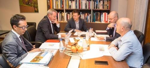 El Presidente de la Autoridad Portuaria de Motril, Francisco Álvarez de la Chica, se reune con el nuevo director del Patronato de la Alhambra, Reynaldo Fernández