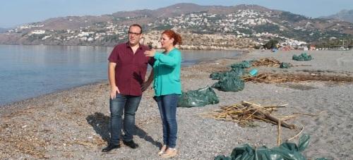 Salobreña refuerza la limpieza de las playas debido a los temporales