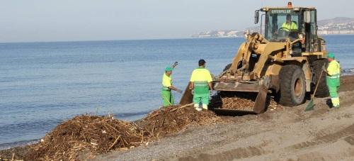 Un dispositivo especial de Limdeco acondiciona las playas motrileñas tras el temporal