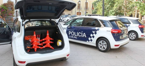 Vehículos nuevos de la Policía Local en la Plaza de España, frente al Ayuntamiento de Motril