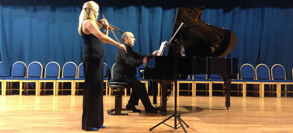 Bello concierto de violín y piano en el Centro Cívico de La Herradura