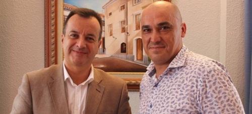 El concejal de Servicios Sociales, Gregorio Morales (dcha) y el delegado de Igualdad, Salud y Políticas Sociales en Granada, Higinio Almagro