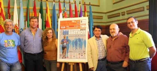 José_Manuel_Estévez_acompañado_por_patrocinadores_de_la_Media_Maratón