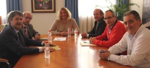 La alcaldesa, Flor Almón, y el gerente del SAS, José Manuel García, acompañados por Antonio Escámez, el concejal David Martín y el director del complejo sanitario motrileño
