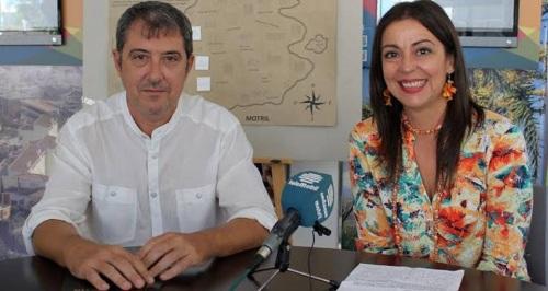 La teniente de alcalde y responsable de Turismo, Alicia Crespo, junto a Fermín Anguita, responsable de la empresa motrileña 'Green Guide'