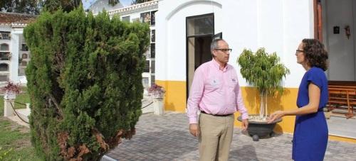 Los concejales de Mantenimiento, Gloria Chica, y Salud, David Martín, en el Cementerio Municipal