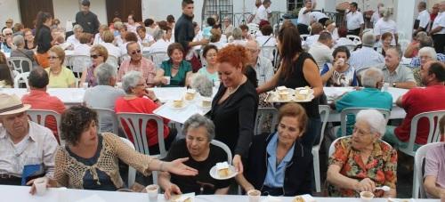 Los mayores de la Villa celebran su día con una merienda en el casco antiguo