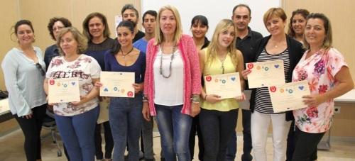 María Ángeles Escámez entrega a quince alumnos su diploma del curso de 'Ofimática Básica'