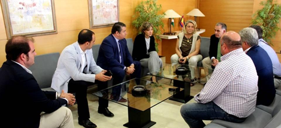 Reunión de la alcaldesa de Almuñécar, y una delegación de agricultores, con la ministra de Agricultura