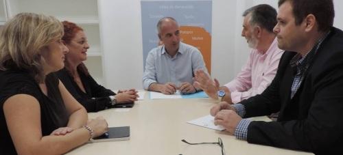 Sergio García reunido con el presidente de la Asociación de Chiringuitos de la Costa Tropical , Francisco Trujillo y el representante legal de este colectivo, Onofre Miralles