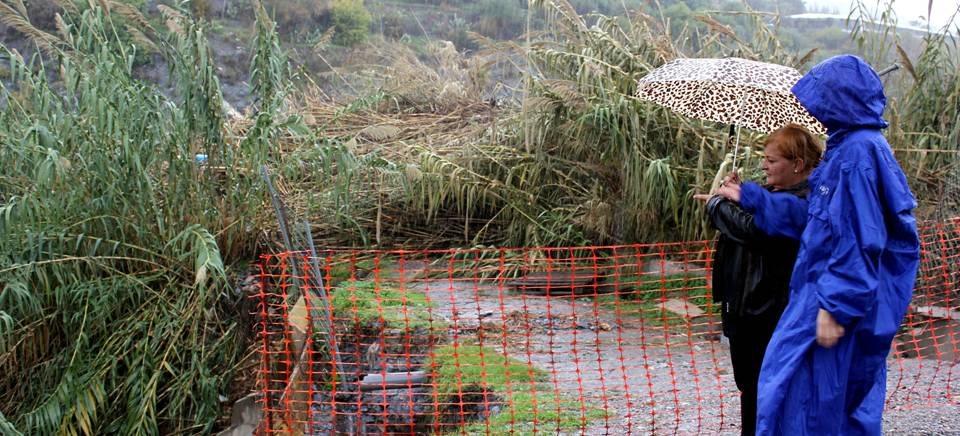 Susana Feixas y Gloria Chica en el barranco 'El Clerigo' observando los daños causados por las intensas lluvias